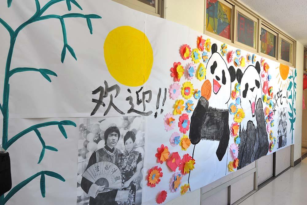 中華街の壁。パンダが月餅を楽しく食べていますね。