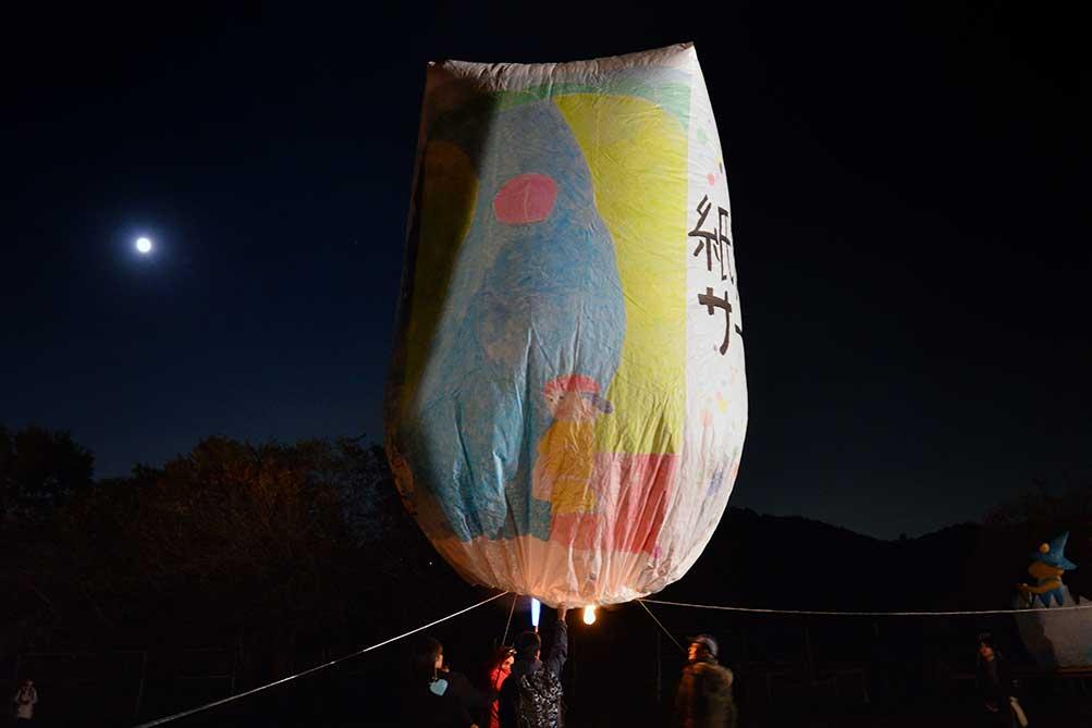 「 紙風船サークル 」の紙風船も月夜の空へ。