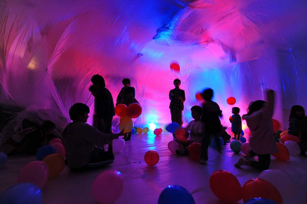 教室の中に、半透明のドームが出現。中には風船がふわふわ。幻想的な「バルーンドーム」