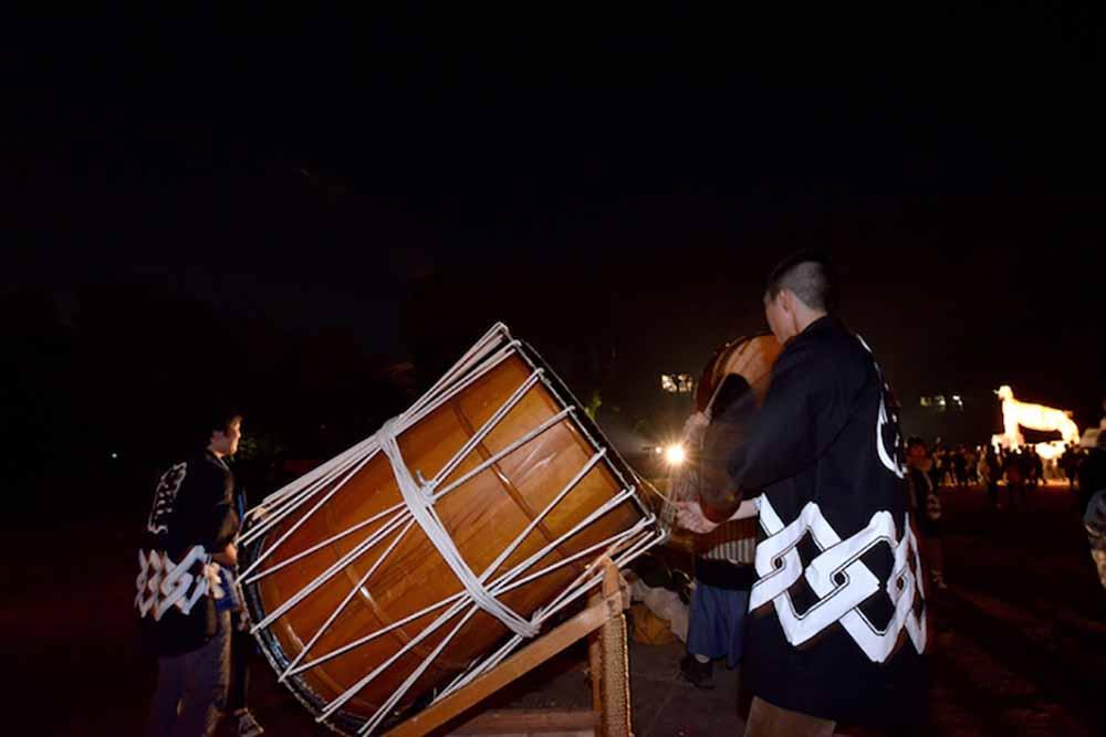 太鼓のお兄さんお姉さんが太鼓をたたくと後夜祭も一気に最高潮に!